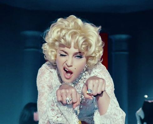 Madonna im Video zu Give Me All Your Luvin'